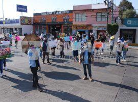 Bloquean locatarios del Mercado Amalucan federal a Tehuacán